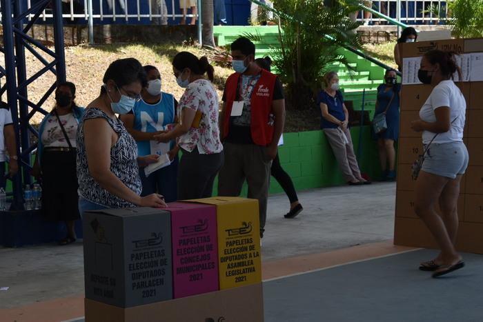 Personas de todas las edades asistieron a las urnas para escoger los candidatos que los representarían en los concejos municipales, asamblea legislativa y PARLACEN.
