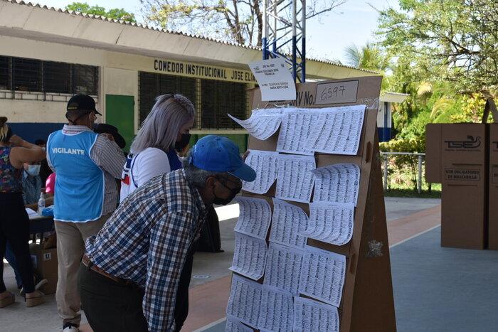 """En el Instituto Nacional """"Dr. Francisco Martínez Suarez"""" se vio una afluencia concurrida de personas que asistieron a votar."""
