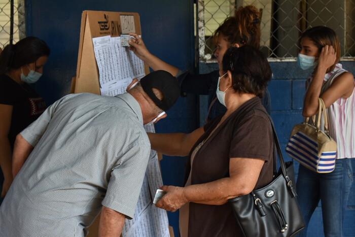 Después de la apertura del centro de votación ubicado en el Centro Escolar Republica de Honduras todo trascurrió con normalidad.