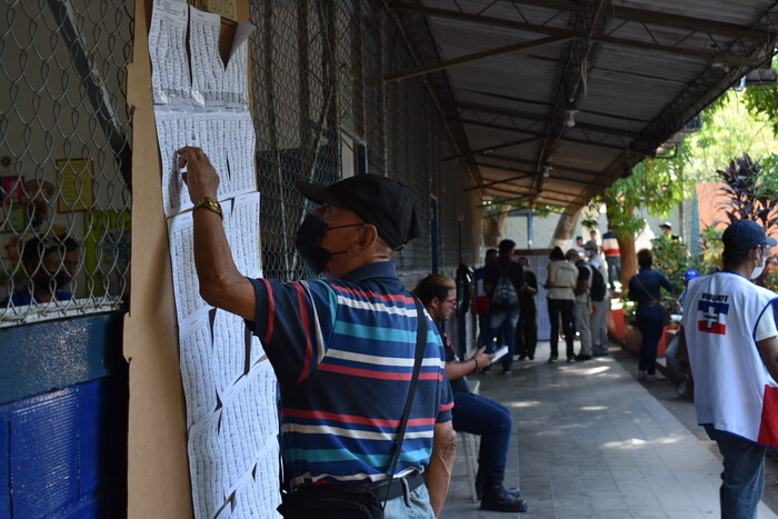 Más de 30 personas se presentaron antes de la apertura del Centro Escolar Republica de Honduras.