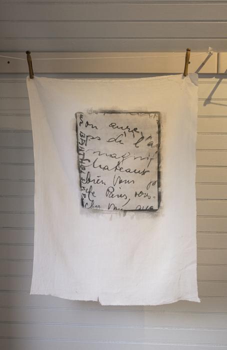 Château amusant... (Barthel, s.v.p.), impresión emulsión plata gelatina sobre lino, de la instalación multimedia Auvergne: Toi et Moi, 1998, RECORD: Cultural Pulses, RoFa Projects. Foto y copyright: Muriel Hasbun
