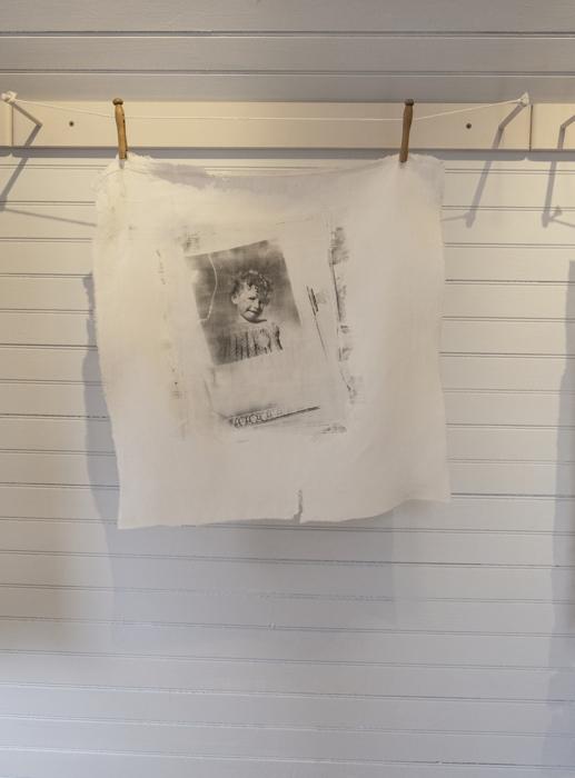 Portrait, circa 1943, impresión emulsión plata gelatina sobre lino, de la instalación multimedia Auvergne: Toi et Moi, 1998, RECORD: Cultural Pulses, RoFa Projects. Foto y copyright: Muriel Hasbun.