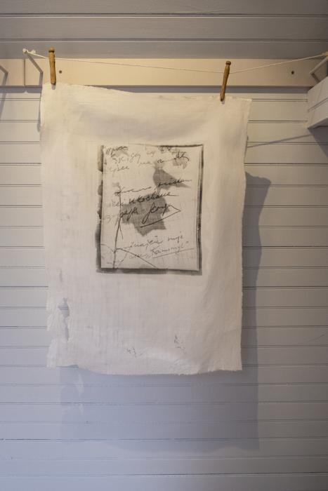 Avec Kamomyl, impresión emulsión plata gelatina sobre lino, de la instalación multimedia  Auvergne: Toi et Moi, 1998, RECORD: Cultural Pulses, RoFa Projects. Foto y copyright: Muriel Hasbun.
