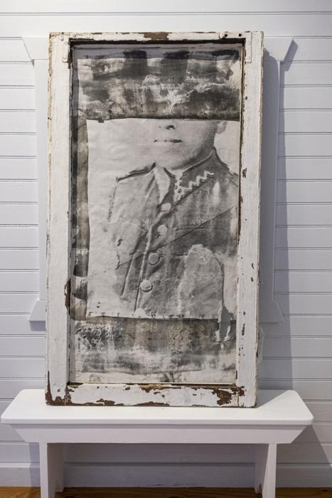 Wigdor, circa 1938, impresión emulsión plata gelatina sobre lino, de la instalación multimedia Auvergne: Toi et Moi, 1998, RECORD: Cultural Pulses, RoFa Projects. Foto y copyright: Muriel Hasbun.