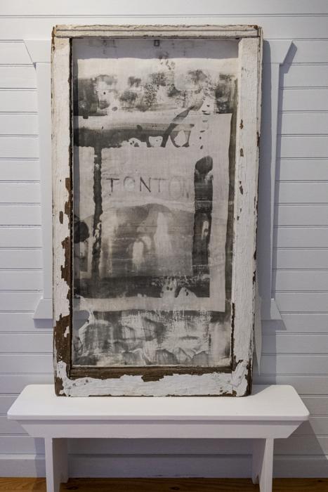 Tonton, impresión emulsión plata gelatina sobre lino, de la instalación multimedia, Auvergne: Toi et Moi, 1998, RECORD: Cultural Pulses, RoFa Projects. Foto y copyright: Muriel Hasbun.