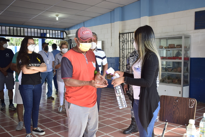 En el centro de votación Concha Viuda de Escalón se respetaron todas las medidas de bioseguridad y distanciamiento.