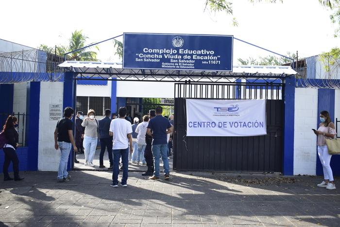 El centro escolar Concha Viuda de Escalón es uno de los centros de votación más concurridos de la capital.