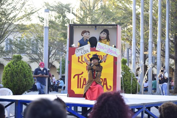 Alejandra Nolasco, directora de la obra, dice que es muy importante llevar estos temas al teatro, pues el teatro es una herramienta donde muchas personas se identifican con los personajes.