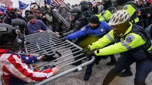 Manifestantes de partido Republicano se enfrentan a Policías frente a Capitolio en Washington