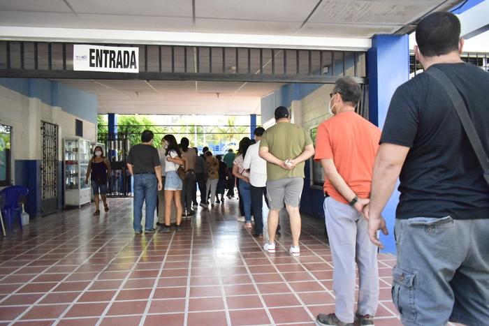 A pesar de las grandes colas la sociedad salvadoreña tuvo paciencia para poder votar.