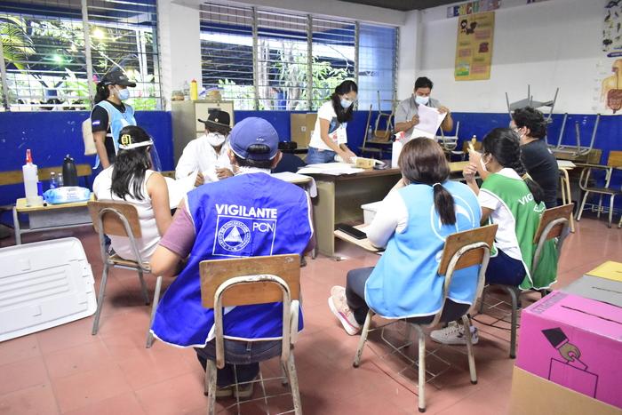 Luego del cierre de los centros de votación las juntas receptoras de votos comenzaron a realizar el conteo de papeletas.