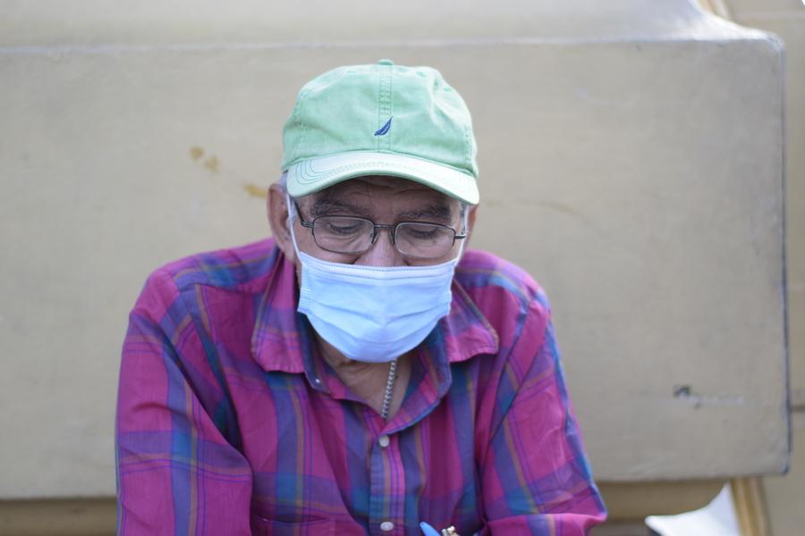 Don Julio Martínez acude a la plaza Morazan para vender lotería desde hace 15 años aproximadamente.