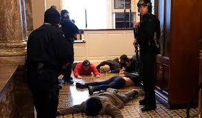 Poco a poco la policía tomaba control  de sobre la situación en el Capitolio.