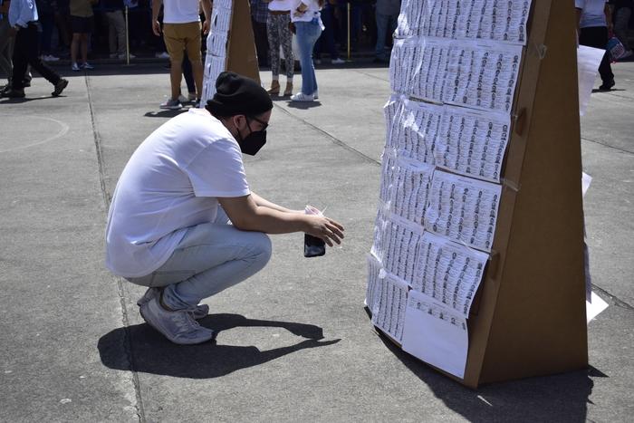 Muchos de los votantes hacían uso del recurso del padrón electoral para ubicar su urna y poder votar.