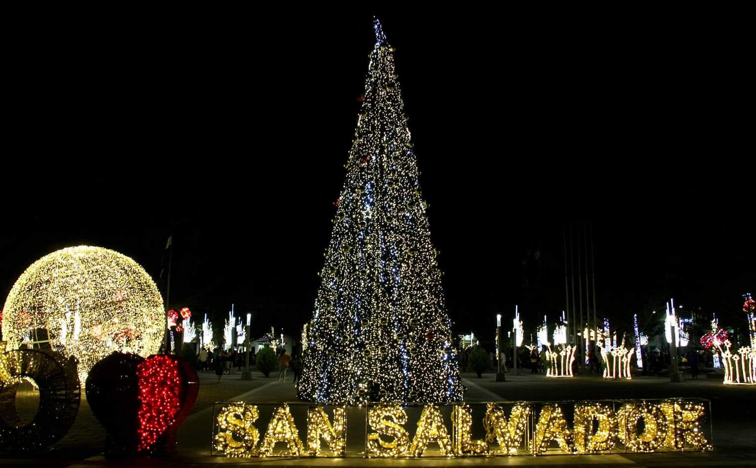 El árbol de navidad tiene raíces germánicas y fue el evangelizador alemán San Bonifacio, uno de los promotores de esta mezcla de costumbres, lo cual reemplazo uno de los árboles que representaba al Dios Odín, por un pino para honrar al Dios cristiano, lo cual ahora lo conocemos como Jesús.