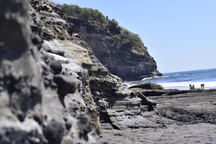 Playa El Zonte cuenta con maravillosos contrastes naturales.