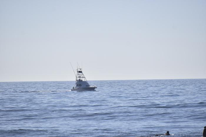 Existen muchos turistas que navegan por las playas y visitan hoteles y restaurantes.
