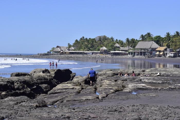 Playa el Zonte es una de las playas más visitadas por turistas nacionales y extranjeros.