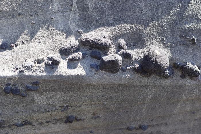 Playa El Zonte cuenta con diferentes montañas rocosas.